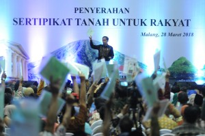 President Jokowi hands over land certificates to the people at Ken Arok Sport Center, Malang, East Java, on Wednesday, (28/3.)(Photo by: Rahmat/Public Relations Division of Cabinet Secretary).