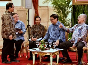 Cabinet Secretary has a talk with other ministers before a Plenary Cabinet Meeting at the State Palace, Jakarta, Monday (9/4) (Photo: PR/Rahmat).