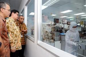 Menperin ketika melakukan kunjungan kerja di Batam, Kepulauan Riau, Jumat (13/4). (Foto: Kemenperin)