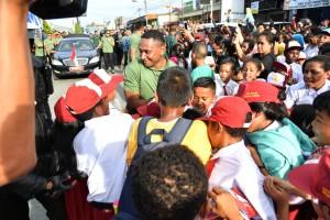 Warga Jayapura Antusias Sambut Kedatangan Presiden Jokowi - Info Setkab Jokowi