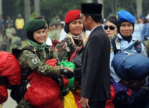 Presiden Jokowi saat memimpin Apel Bersama Wanita TNI, Polwan, dan Segenap Wanita Komponen Bangsa dalam rangka Hari Kartini 2018, di Silang Monumen Nasional, Jakarta Pusat, Rabu (25/4). (Foto: Humas/Rahmat)