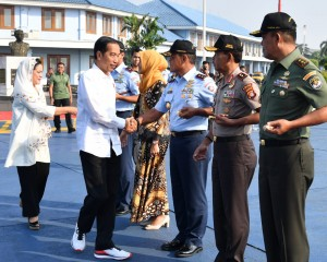 Presiden Jokowi didampingi Ibu Negara Iriana bertolak menuju Jayapura, Papua, dari Pangkalan TNI AU Halim Perdanakusuma, Jakarta, Rabu (11/4) pagi. (Foto: BPMI Setpres)