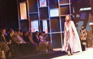 Presiden Jokowi menyaksikan peragaan busana muslim saat pembukaan Muslim Fashion Festival Indonesia Tahun 2018, di Plenary Hall, JCC, Jakarta, Kamis (19/4). (Foto: Deni S/Humas)