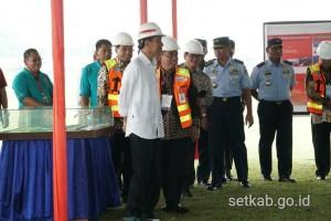 Presiden Jokowi saat meninjau pembangunan Bandara Jenderal Besar Soedirman, di Kabupaten Purbalingga, Jawa Tengah, Senin (23/4). (Foto: Humas/Dinda)