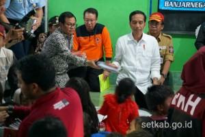 Presiden didampingi Seskab saat meninjau di lokasi pengungsian SDN 2 Sidakangen, Kecamatan Kalibening, Kabupaten Banjarnegara, Jawa Tengah, Senin (23/4). (Foto: Humas/Dindha).