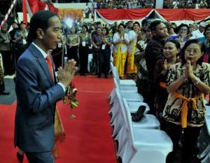 Presiden memasuki tempat acara Dharma Santi Nasional Perayaan Hari Raya Nyepi Tahun Baru Saka 1940, di GOR Ahmad Yani, Mabes TNI, Cilangkap, Jakarta Timur, Sabtu (7/4). (Foto: Humas/Rahmat).