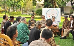 Presiden Jokowi saat bersilaturahmi dengan para budayawan di halaman Istana Merdeka, Jakarta, Jumat (6/4) sore. (Foto: Humas/Jay)