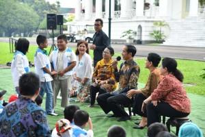 Presiden Jokowi didampingi Ibu Negara Iriana, Menkes, dan Menteri PPPA berdialog dengan anak penyintas kanker, di Istana Kepresidenan Bogor, Jawa Barat, Jumat (6/4) pagi. (Foto: BPMI Setpres)