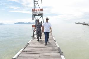 Utusan Khusus Presiden bidang PBM RI-Malaysia, Eddy Pratomo, saat meninjau pos perbatasan RI di Pulau Sebatik, Kabupaten Nunukan, Kalimantan Utara, beberapa waktu lalu. (Foto: Dokumentasi Setkab)