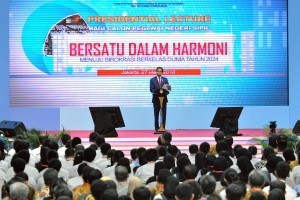 President Jokowi delivers a Presidential Lecture before the 2017 Probationary Civil Servants, at Istora Senayan, Jakarta, Tuesday (27/3) (Photo: PR/Agung).