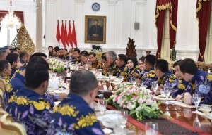 President Jokowi receives Central and Regional Executives of Indonesian Young Entrepreneurs Association (HIPMI) at Merdeka Palace, Jakarta, Thursday (5/4). (Photo: BPMI)