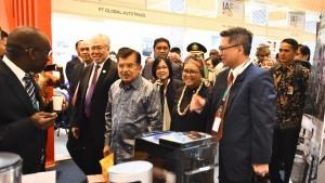 Wakil Presiden Jusuf Kalla didampingi Menlu Retno Marsudi meninjau stand pameran Indonesia-Afrika Forum 2018, di Nusa Dua Convention Center, Bali, Selasa (10/4) pagi. (Foto: Dit. Infomed Kemlu).