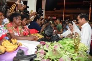 Presiden dan Ibu Negara berbelanja di Pasar Mama Mama, Kota Jayapura, dalam kunjungan kerjanya ke Provinsi Papua, Rabu, (11/4). (Foto: BPMI)