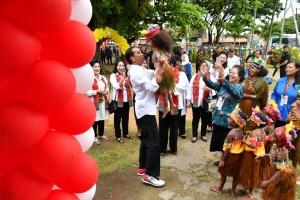 Presiden bercengkerama bersama anak-anak saat mengikuti acara di Sorong, Jumat (13/4). (Foto: BPMI)