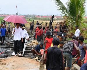 Presiden saat meninjau pelaksanaan program padat karya tunai di Kampung Kokoda, Kelurahan Klasabi, Distrik Sorong Manoi, Kota Sorong, Jumat (13/4). (Foto: BPMI)