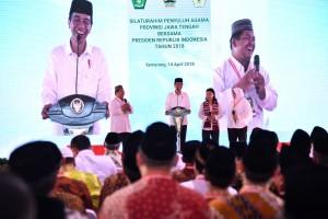 Presiden Jokowi dalam acara Silaturahmi Penyuluh Agama se-Jawa Tengah yang digelar di Lapangan Pancasila, Simpang Lima, Kota Semarang, Provinsi Jawa Tengah, Sabtu (14/4). (Foto: BPMI)