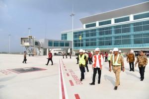 Presiden Jokowi saat meninjau proyek pembangunan Bandara Internasional Jawa Barat (BIJB), Kertajati Kabupaten Majalengka, Jawa Barat, Selasa (17/4). (Foto: BPMI)