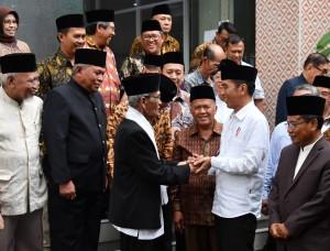 Presiden saat berkunjung ke kantor Majelis Ulama Indonesia (MUI) Jawa Barat, Selasa (17/4). (Foto: BPMI).