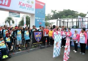 Ibu Iriana dan Ibu Mufidah melepas peserta lomba lari Kartini Run 2018 yang diselenggarakan di Silang Monumen Nasional (Monas), Jakarta, Minggu (22/4). (Foto: BPMI)