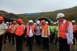 Menteri PUPR saat meninjau terowongan kembar yang berada di seksi 2 ruas tol tersebut, Kamis (25/4). (Foto: Kementerian PUPR)
