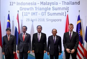 Presiden Jokowi berfoto bersama usai Pertemuan Indonesia-Malaysia-Thailand Growth Triangle (IMT-GT) ke-11 di Banyan Room, Hotel Shangri-La, Singapura, Sabtu (28/4).