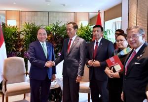 Presiden bertemu PM Vietnam di sela-sela KTT ke-32 ASEAN yang dihelat di Hotel Shangri-La, Singapura, (Sabtu 28/4).