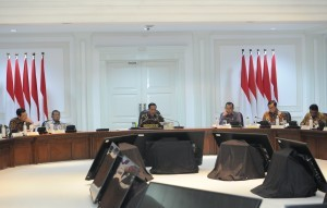 President Jokowi delivers his introductory remarks at Limited Cabinet Meeting on Evaluation of National Strategic Projects Implementation, at the Presidential Office, Jakarta, Monday (16/4). (Photo by: Public Relations/Jay)