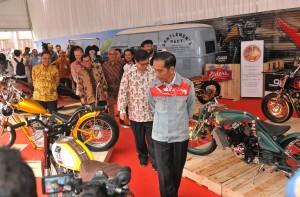 Presiden Jokowi saat meninjau pameran IIMS Tahun 2018, di Ruang Semeru JI-Expo Kemayoran, Jakarta, Kamis (19/4). (Foto: Humas/Jay)