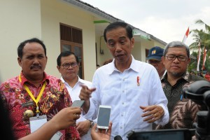 President Jokowi responds to reporters' questions after inspecting housing for fishermen in Pangandaran Regency, West Java, Tuesday (24/4). (Photo by: Public Relations/Oji).