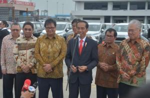 Presiden menjawab pertanyaan wartawan, di Pelabuhan Tanjung Priok, Jakarta, Rabu (25/4). (Foto: Humas/Jay).