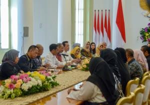 Presiden Jokowi saat saat menerima Komunitas Muslim Fashion, di Istana Kepresidenan Bogor, Jawa Barat, Kamis (26/4). (Foto: Humas/Agung).