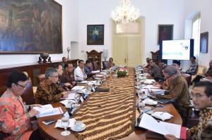 Presiden memimpin Rapat Terbatas, di Istana Kepresidenan Bogor, Jawa Barat, Kamis (26/4). (Foto: Humas/Agung)