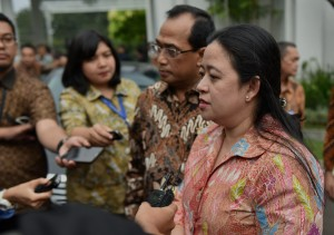 Menko PMK menjawab pertanyaan wartawan usai mengikuti Rapat Terbatas di Kantor Kepresidenan Bogor, Jawa Barat, Rabu (18/4) sore. (Foto: Humas/Rahmat)