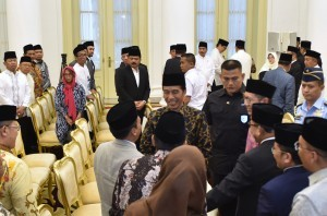 President Jokowi conversed with participants of Isra Mi'raj Celebration at Bogor Presidential Palace, West Java, Tuesday (10/4) (Photo: PR/Oji).