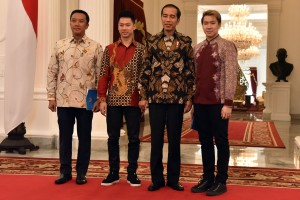 President Jokowi, accompanied by Minister of Youth and Sports, takes picture with Kevin Sanjaya / Marcus Gideon at the Merdeka Palace, Jakarta, Monday (2/4). (Photo by: Rahmat/Public Relations Division of Cabinet Secretariat).