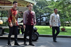 Kevin Sanjaya and Marcus Gideon meet with President Jokowi, at the Presidential Palace, Jakarta, Monday (2/4). (Photo by: Public Relations Division/Rahmat).