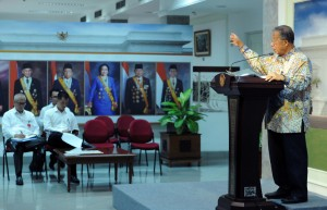 Menko Perekonomian menjawab pertanyaan wartawan usai mengikuti Rapat Terbatas di Kantor Presiden, Jakarta, Senin (16/4). (Foto: Humas/Jay).