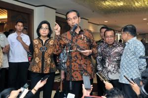 Presiden Jokowi menjawab pertanyaan wartawan usai membuka Musrenbangnas Tahun 2018 di Puri Agung Ballroom Hotel Grand Sahid Jaya, Jakarta, Senin (30/4). (Foto: Humas/Jay).