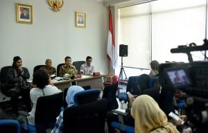 Kepala BPIP Yudi Latif diampingi anggota pengarah Benny Susetyo menyampaikan keterangan pers di Gedung Sayap Timur Komplek Kemensetneg, Jakarta, Rabu (11/4) siang. (Foto: Agung/Humas)