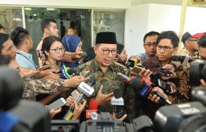 Lukman Hakim Saifuddin delivers his statement after Limited Cabinet Meeting at the Presidential Office, Jakarta, Wednesday (4/4). (Photo by: Jay/Public Relations)