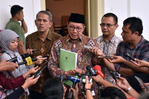Kepala BPKH Anggito Abimanyu mendampingi Menag Lukman Hakim Saifuddin menjawab wartawan usai rapat terbatas, di Istana Kepresidenan Bogor, Jabar, Kamis (26/4). (Foto: Agung/Humas)