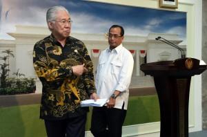 Mendag memberikan keterangan kepada wartawan usai rapat terbatas di Kantor Presiden, Jakarta, Kamis (5/4). (Foto: Humas/Jay).