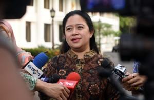 Menko PMK menjawab pertanyaan wartawan usai Rapat Terbatas membahas masalah stunting, di Kantor Presiden, Jakarta, Kamis (5/4). (Foto: Humas/Jay)