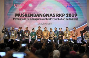 Presiden berfoto bersama saat acara Musyawarah Perencanaan Pembangunan Nasional (Musrenbangnas) Tahun 2018, di Puri Agung Ballroom Hotel Grand Sahid Jaya, Jakarta Pusat, Senin (30/4). (Foto: Humas/Jay).