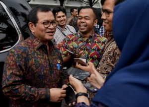 Seskab kepada wartawan usai mengikuti Rapat Terbatas di Istana Kepresidenan Bogor, Jawa Barat, Rabu (18/4) sore. (Foto: Humas/Rahmat)