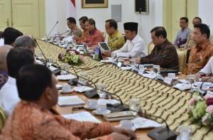 Presiden Jokowi memimpin rapat terbatas tentang Mengenai Perkembangan Persiapan Asian Games XVIII Tahun 2018 di Istana Bogor, Jawa Barat, Rabu (18/4) siang. (Foto: Rahmat/Humas)