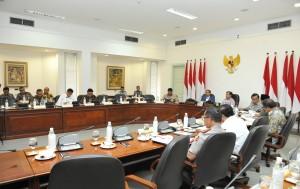 Presiden Jokowi saat memberikan pengantar pada Rapat Terbatas Tentang Penataan Administrasi Kependudukan Pasca Putusan Mahkamah Konstitusi, di Kantor Presiden, Jakarta, Rabu (4/4). (Foto: Humas/Jay).