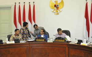Presiden berbincang dengan Seskab dan Menteri LHK sebelum Rapat Terbatas (Ratas) tentang Rancangan Undang-Undang tentang Konservasi Sumber Daya Hayati dan Ekosistemnya.(foto: Humas/Jay).