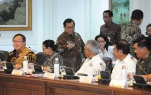 Suasana sebelum Rapat Terbatas mengenai Penyediaan Rumah bagi ASN, TNI dan Polri, di Kantor Presiden Jakarta, Senin (16/4) sore. (Foto: Humas/Jay)