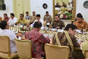 Presiden Jokowi memimpin rapat terbatas tentang Percepatan Pelaksaaan Kemudahan Berusaha, di Istana Kepresidenan Bogor, Jawa Barat, Rabu (18/4) sore. (Foto: Rahmat/Humas)
